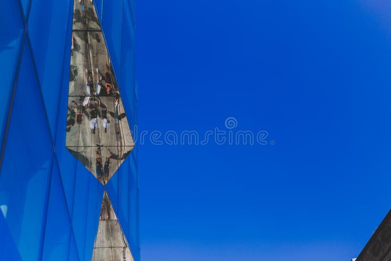 Le détail du bâtiment en verre au centre de la ville de Dublin dans le Roi Street avec des piétons a réfléchi là-dessus photographie stock
