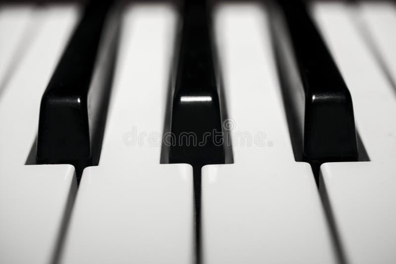 Le détail du clavier de piano électrique poussiéreux brillant photographie stock