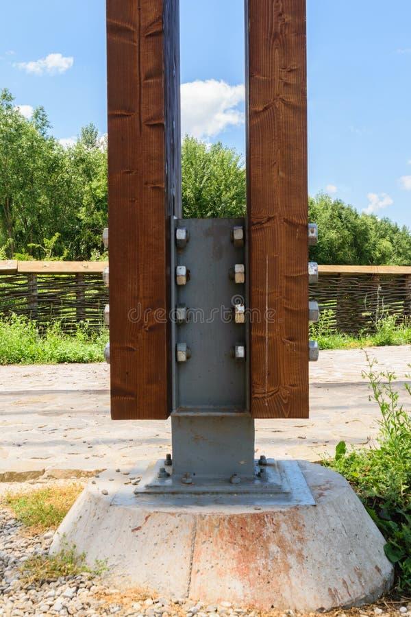 Le détail du courrier en bois massif ancré avec le connecteur spécial en métal utilisant des écrous - et - des boulons à un solid photos libres de droits