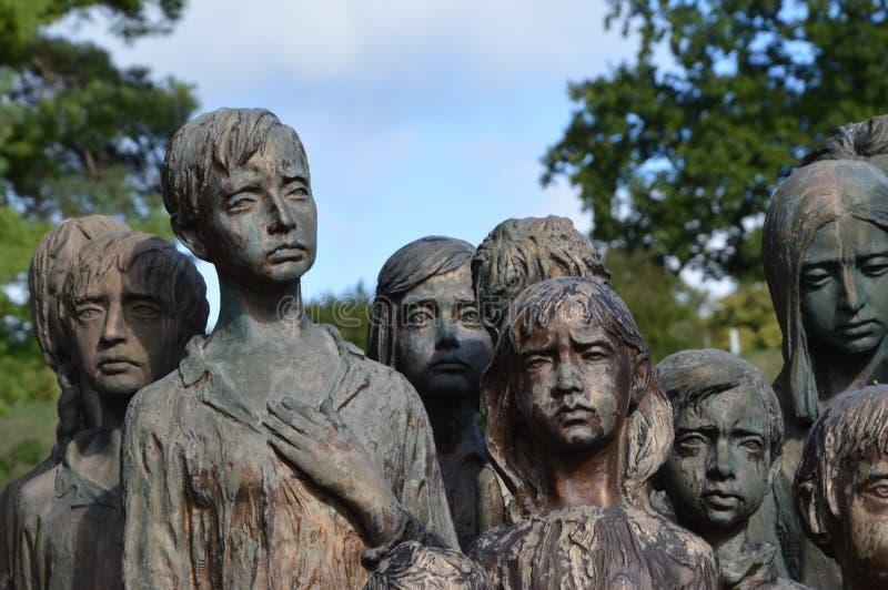 Le détail du monument de victimes de la guerre des enfants images libres de droits