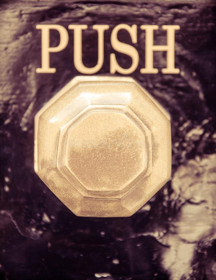 Le détail du vieux bouton de vintage et la poussée signent image libre de droits