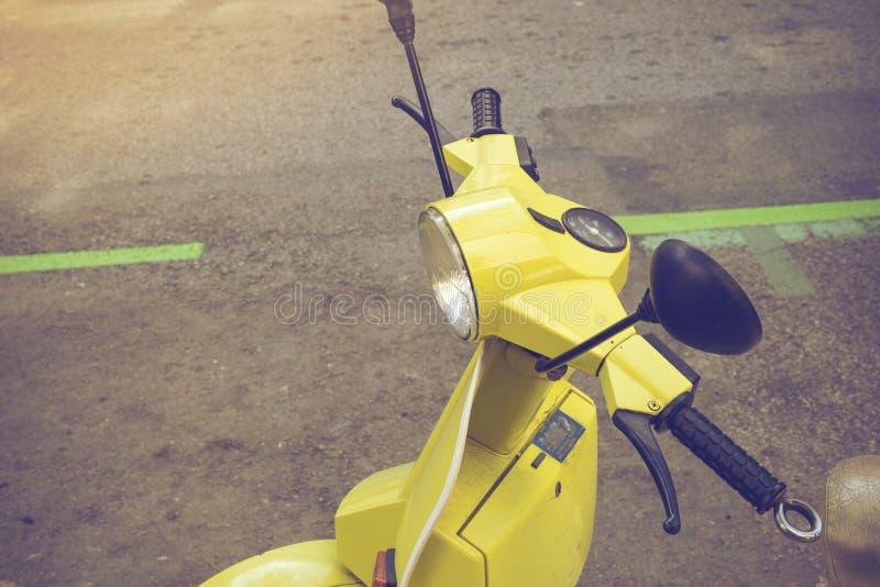 Le détail du vieux scooter de vintage s'est garé sur la rue à Barcelone, photographie stock libre de droits