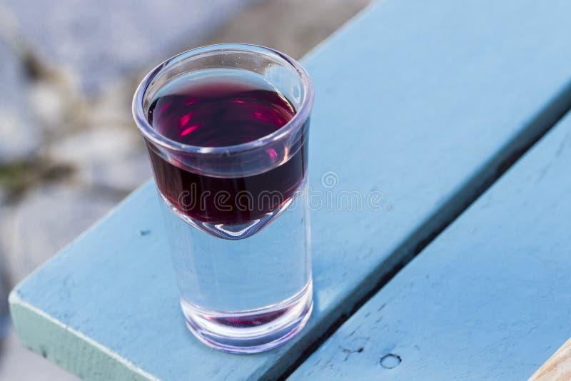 Le détail en gros plan a tiré du petit verre à liqueur de vin pour le but du goût en Turquie à l'après-midi images stock