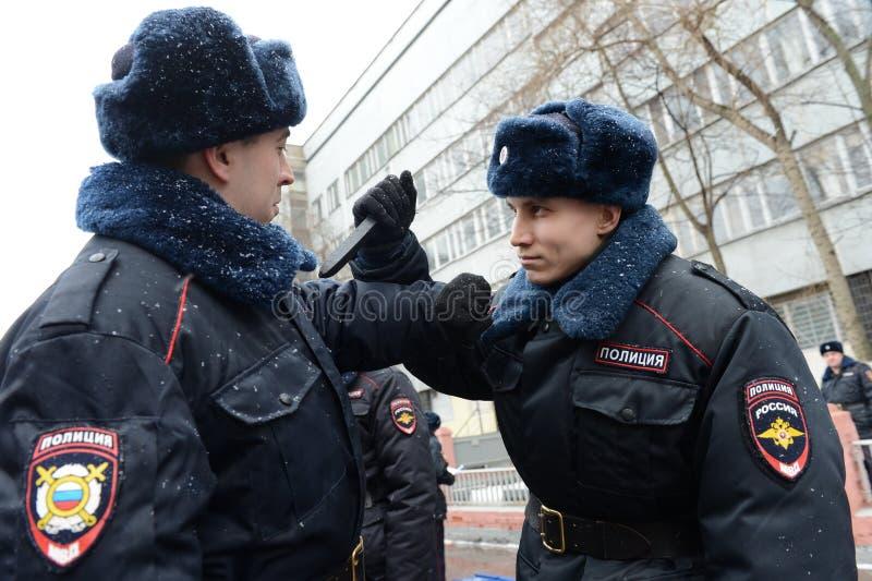 Le développement des techniques de la défense avec des soldats des troupes internes photos libres de droits