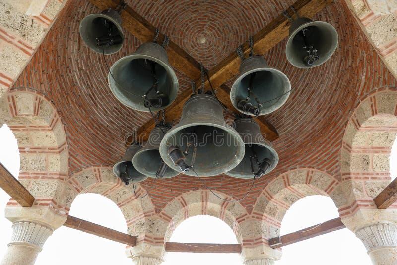 Le dôme avec des cloches au monastère de Varlaam dans le complexe orthodoxe oriental de monastères de Meteora dans Kalabaka, Trik image libre de droits