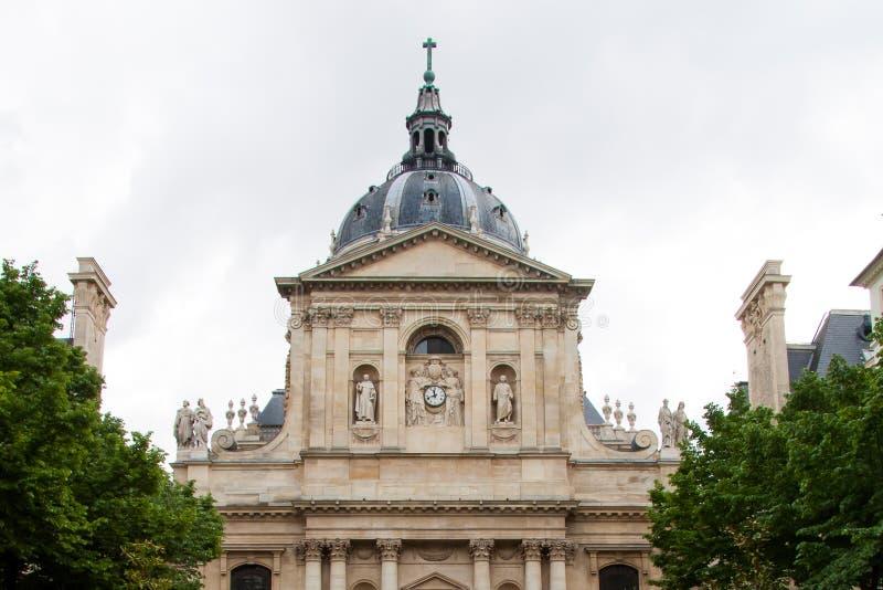 Le dôme de la chapelle de l'université de Sorbonne contre le ciel gris à Paris image stock