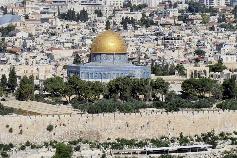 Le dôme de la roche à Jérusalem, à l'arrière-plan du côté gauche photo libre de droits