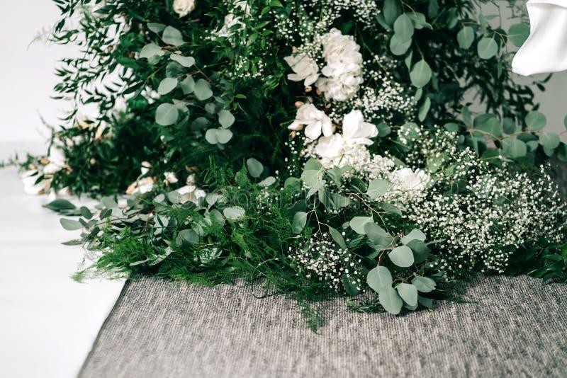 Le d?cor de mariage, accessoires, orchid?es, roses, l'eucalyptus, un bouquet dans un restaurant, pr?side l'arrangement de table photos libres de droits