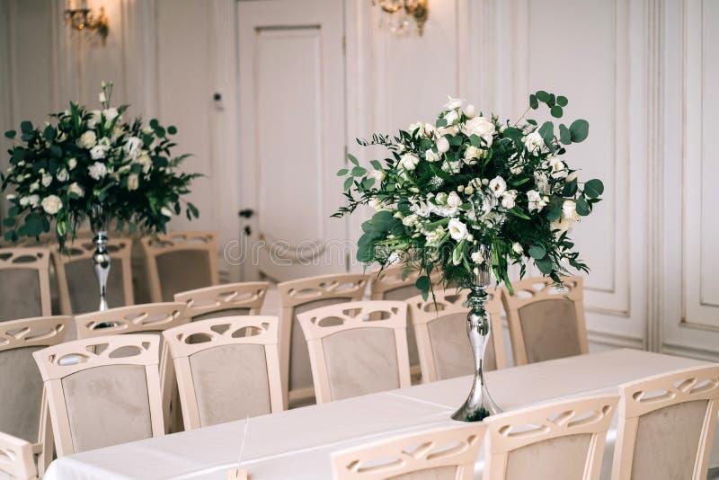 Le d?cor de mariage, accessoires, orchid?es, roses, l'eucalyptus, un bouquet dans un restaurant, pr?side l'arrangement de table photo stock