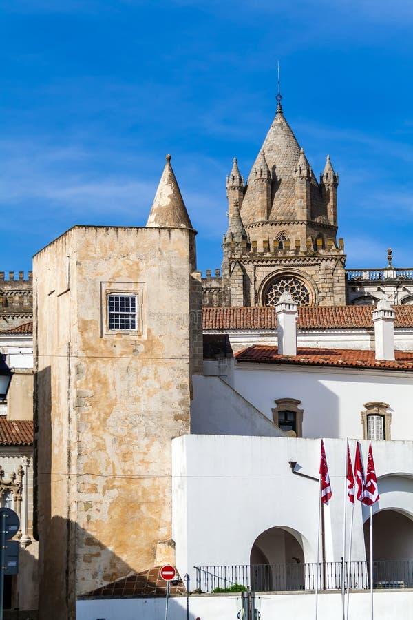 Le dôme de la cathédrale d'Evora vue derrière une tour médiévale photos libres de droits