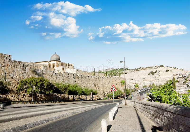 Vue d'une route près de la mosquée d'Al Aqsa à Jérusalem et le mont des Oliviers photos stock