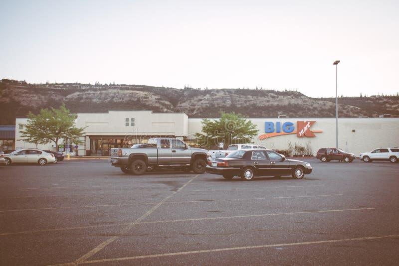LE DALLES, ORÉGON : Signe pour un grand magasin de détail de K Kmart Kmart, possédé par des participations de Sears, s'était soli images libres de droits