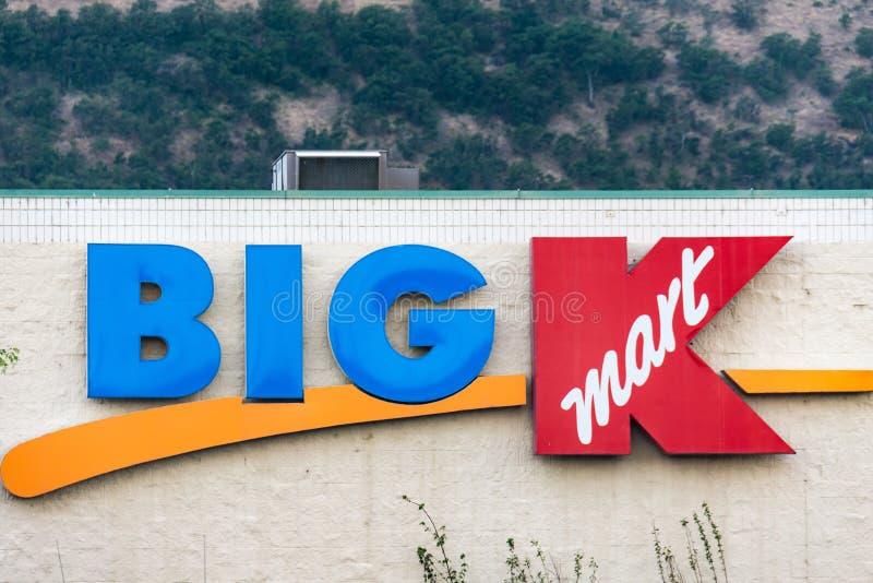 LE DALLES, ORÉGON : Signe pour un grand magasin de détail de K Kmart Kmart, possédé par des participations de Sears, s'était soli images stock