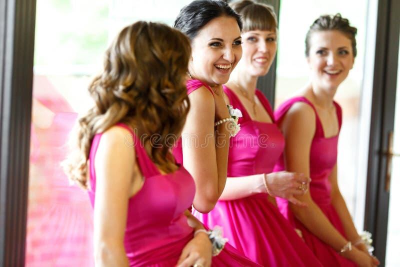 Le damigelle d'onore adorabili si divertono mentre aspettano una sposa fotografia stock libera da diritti