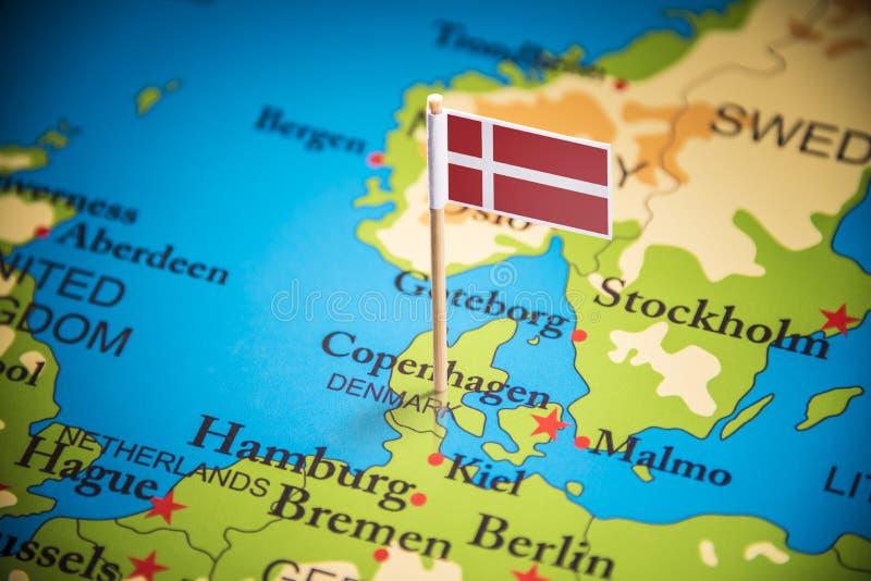 Le Danemark a identifié par un drapeau sur la carte photographie stock