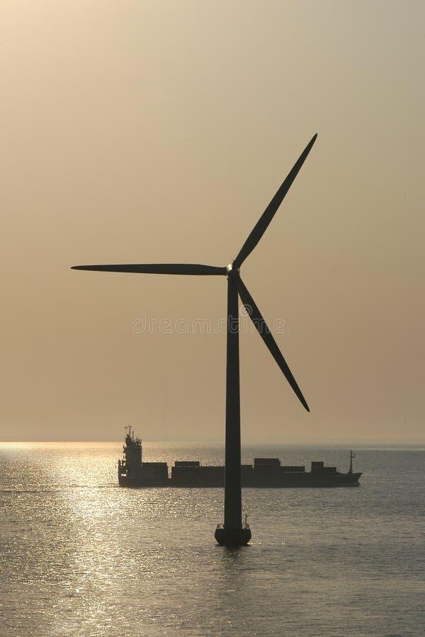 le Danemark produisant du vent extraterritorial de tubine de s photographie stock libre de droits