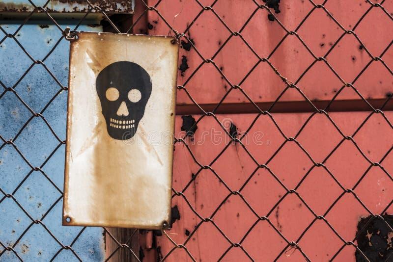Le danger de la mort se connectent le fil Mesh Fence photo stock
