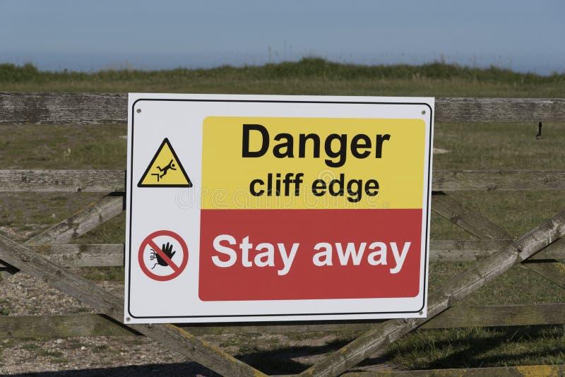 Le danger se connectent un bord de falaise photo libre de droits