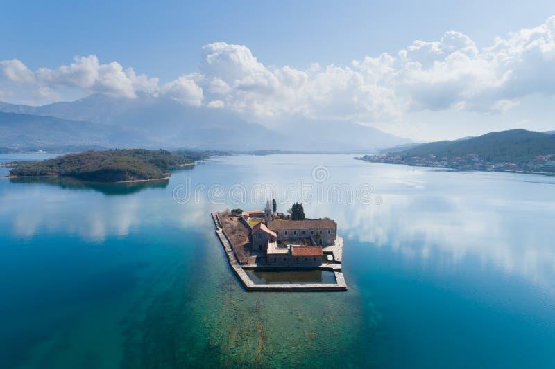 ?le dans la baie Gospa OD Milosti de Tivat photographie stock libre de droits