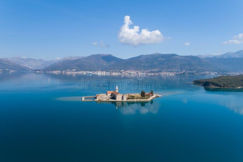 ?le dans la baie Gospa OD Milosti de Tivat photos stock