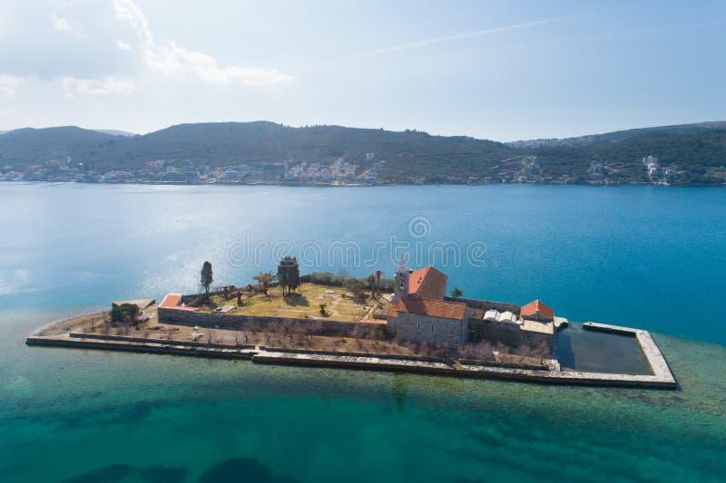 ?le dans la baie Gospa OD Milosti de Tivat photo libre de droits