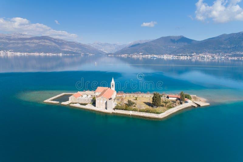 ?le dans la baie Gospa OD Milosti de Tivat image stock