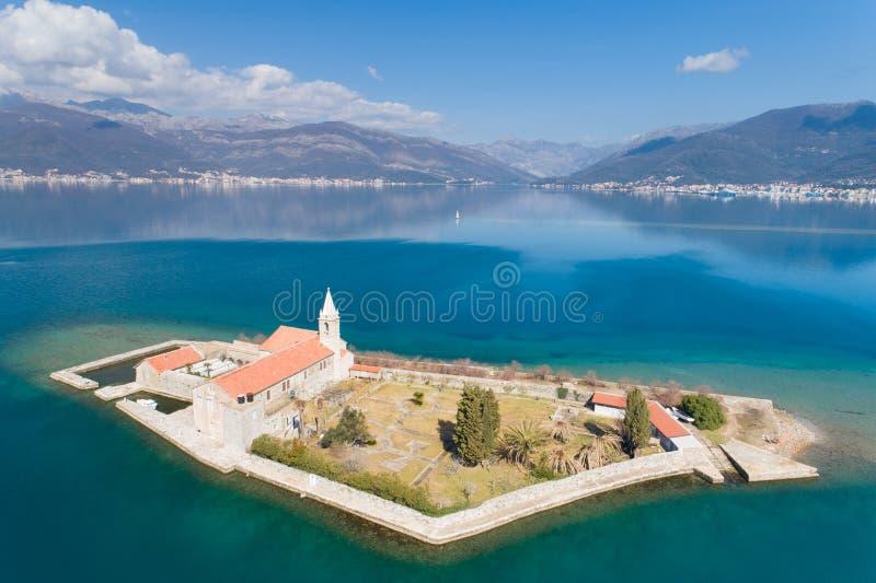 ?le dans la baie Gospa OD Milosti de Tivat image libre de droits