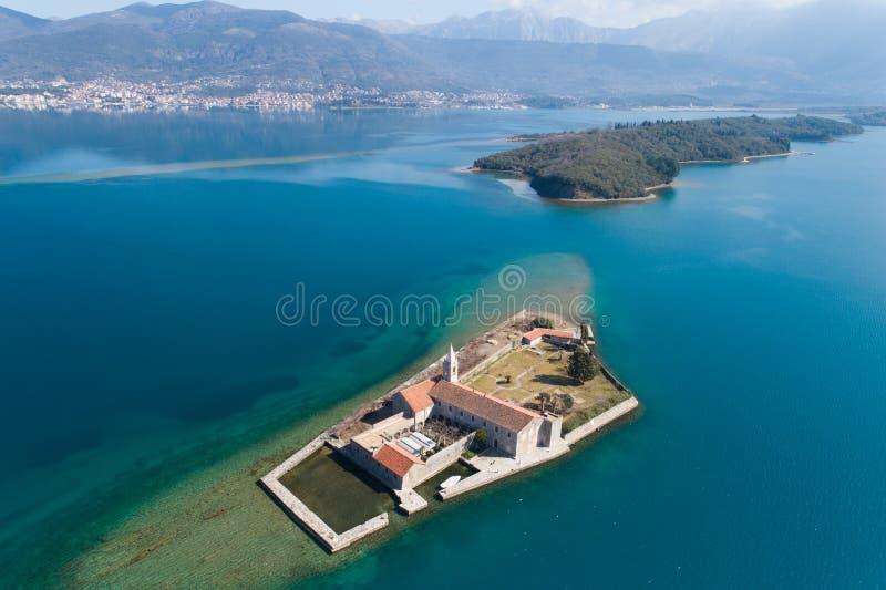 ?le dans la baie Gospa OD Milosti de Tivat photo stock