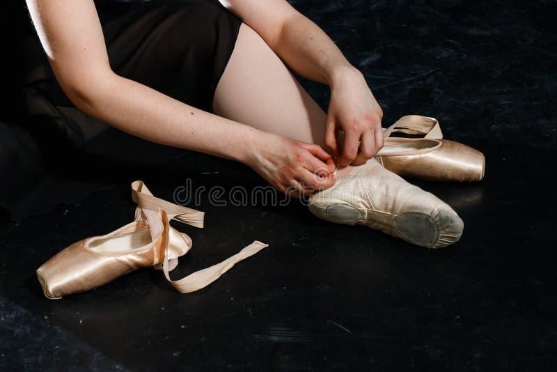 Le danseur classique attache des chaussures de pointe Aucun visage dos Fille image libre de droits