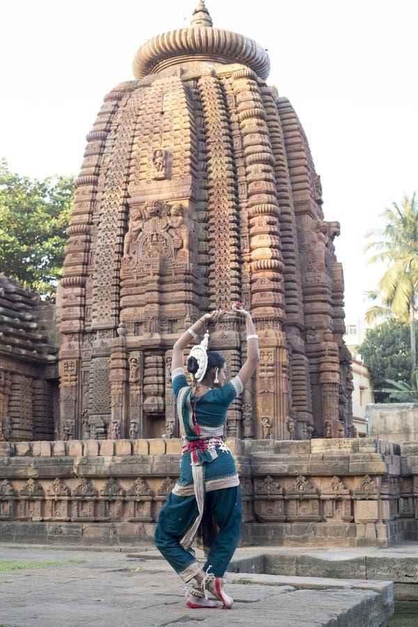 Le danseur classique d'Odissi regarde le miroir le temple de Mukteshvara, Bhubaneswar, Odisha, Inde photo libre de droits