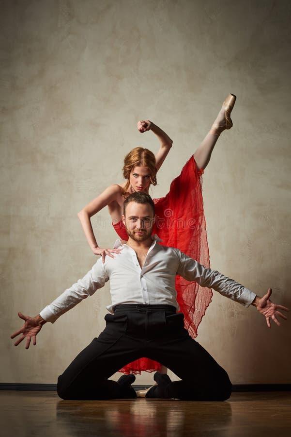 Le danseur classique et le danseur latin mélangent les styles ensemble photo libre de droits