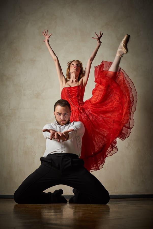 Le danseur classique et le danseur latin mélangent les styles ensemble photographie stock libre de droits