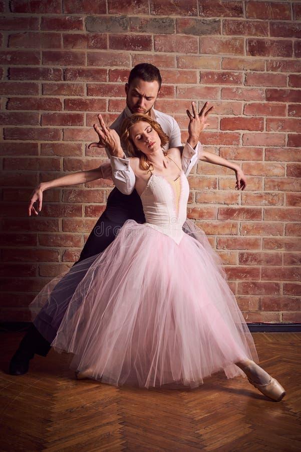 Le danseur classique et le danseur latin mélangent les styles ensemble photo stock