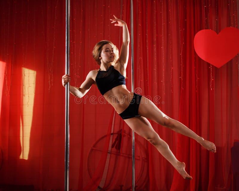 Le danseur de Polonais se tient sur le pylône saut photographie stock libre de droits