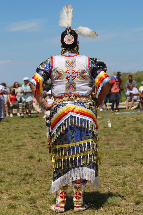 Le danseur féminin non identifié de Natif américain porte la robe traditionnelle du prisonnier de guerre wow pendant le prisonnie photos stock