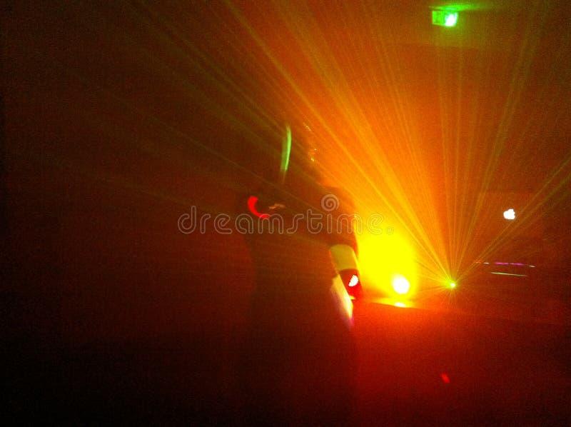 Le danseur pendant la nuit jaune photos stock