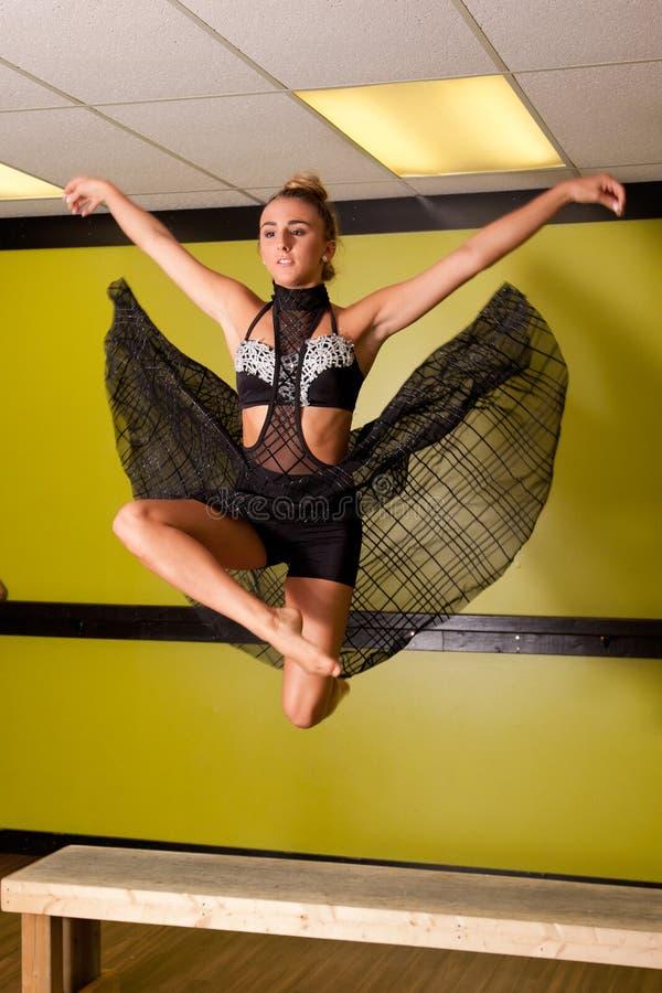 Le danseur sautant dans le studio images libres de droits