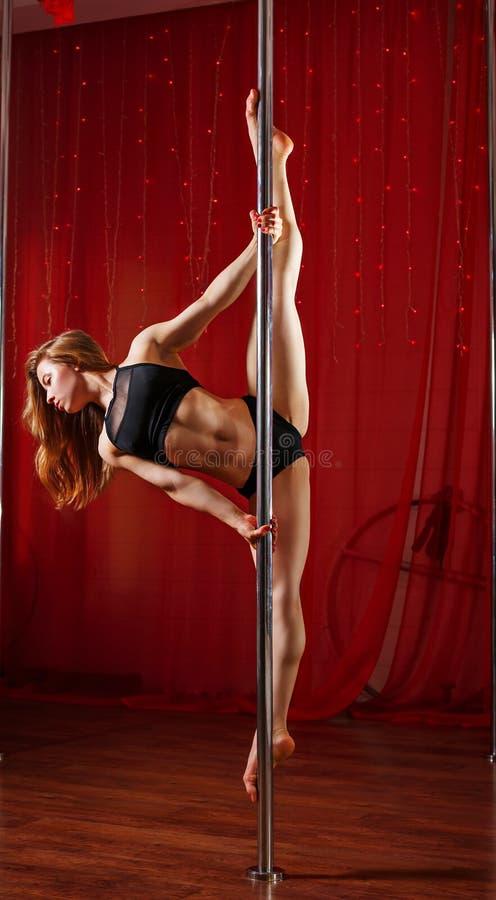 Le danseur se tient sur le pylône Ficelle photo stock