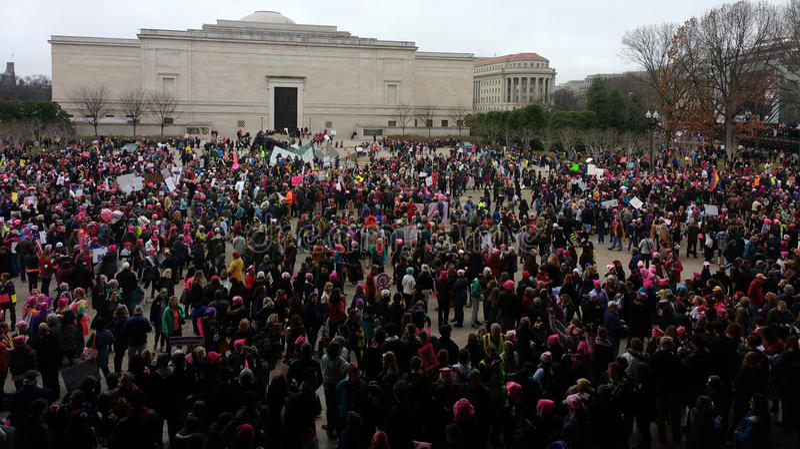 Le ` de femmes s mars sur Washington, protestataires recueillent en dehors du National Gallery d'Art East Building, Washington, C images stock