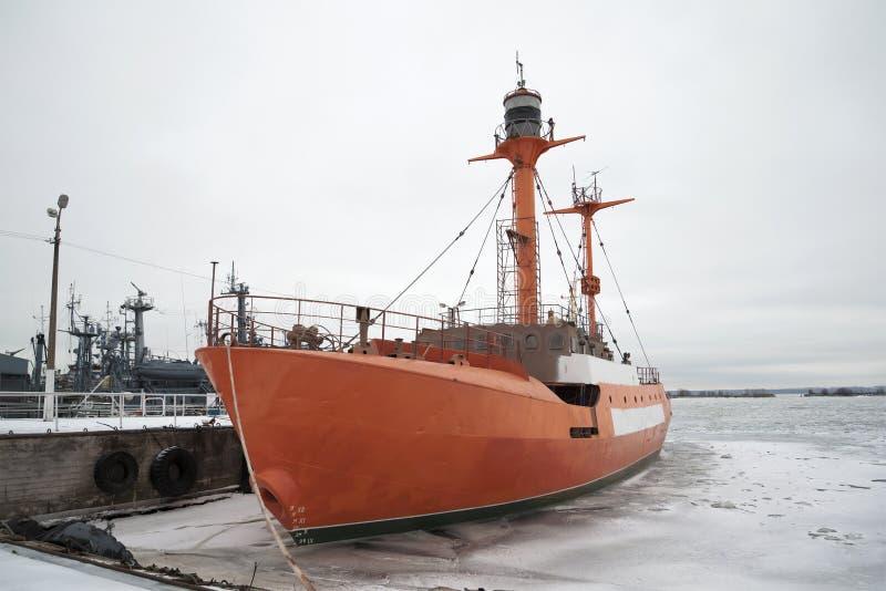Le ` de flottement d'Irbensky de ` de balise au pilier du jour sombre de Kronstadt janvier photo stock