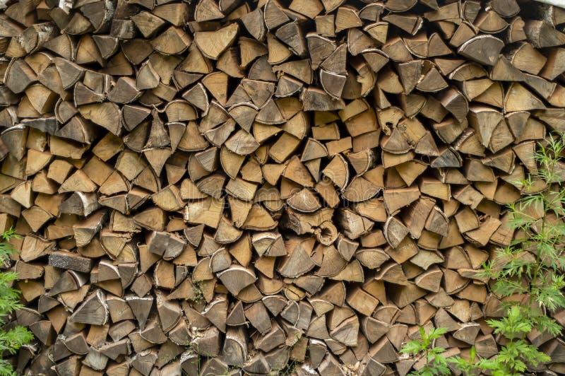 Le?a de la pila preparada para la chimenea Madera secada al horno para el fuego Fondo del abedul imágenes de archivo libres de regalías