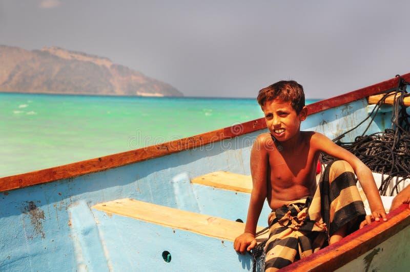 ?le de Socotra, Y?men, le 9 mars 2015 p?cheurs ruraux simples d'enfants dans un bateau de p?che sur la mer ?le d'?le de Socotra y photos libres de droits