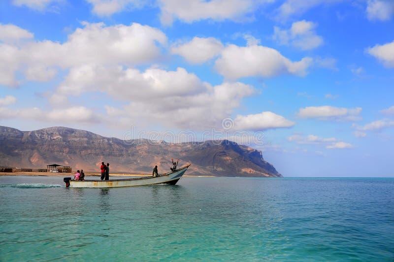 ?le de Socotra, Y?men, le 9 mars 2015 p?cheurs ruraux simples retournant de la p?che pour tra?ner le bateau hors de l'eau sur les image libre de droits