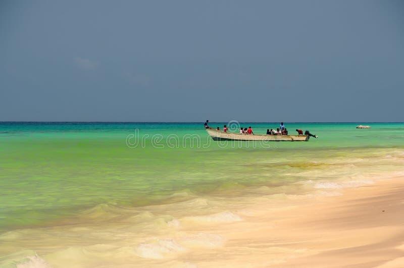 ?le de Socotra, Y?men, le 9 mars 2015 p?cheurs ruraux simples retournant de la p?che pour tra?ner le bateau hors de l'eau sur les images stock