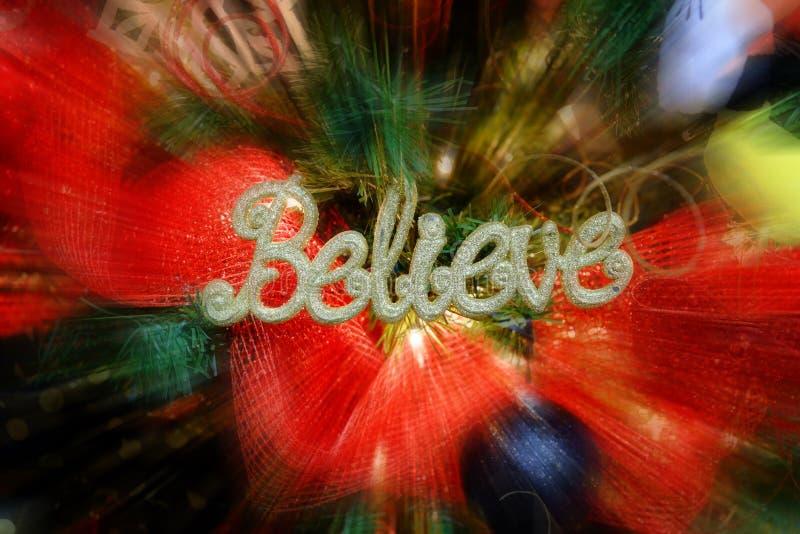 Le decorazioni dell'albero di Natale con la parola credono immagini stock