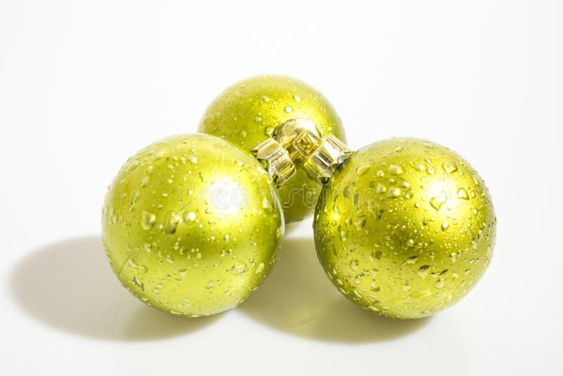 Le decorazioni di Natale, palle verdi dettagliate di natale hanno isolato la i immagini stock