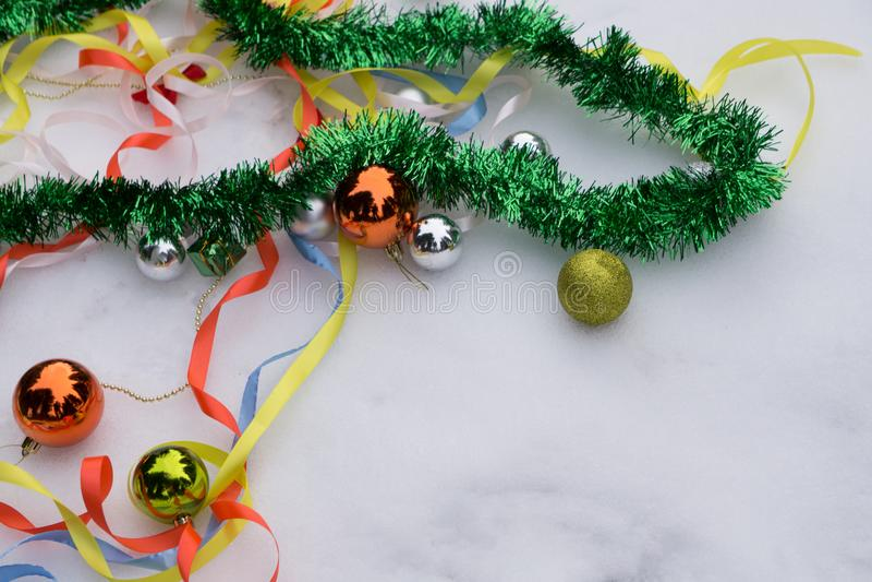 Le decorazioni di Natale sono sparse sulla tavola Palle e ghirlanda dei colori blu, dorati e rossi sulla tavola immagini stock