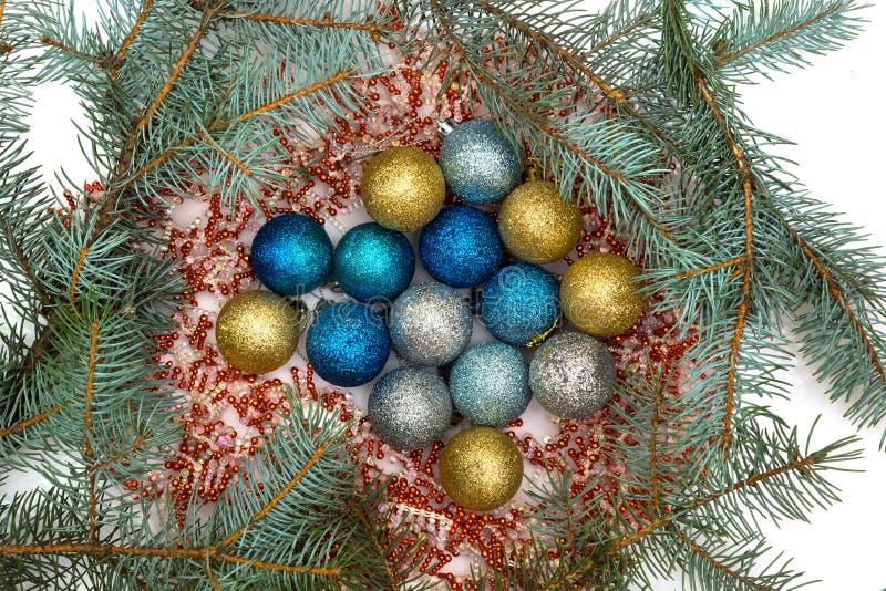 Le decorazioni ed i rami di Natale sono stati mangiati con un primo piano fotografie stock