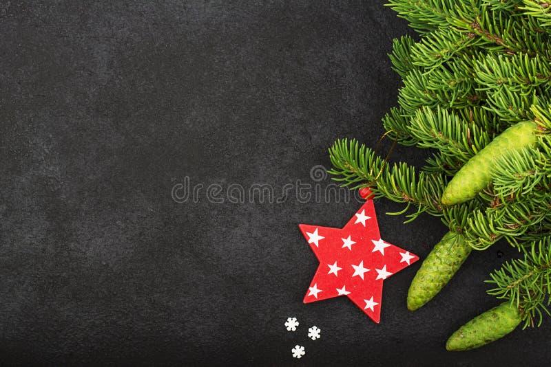 Le decorazioni festive del ` s del nuovo anno con abete lanuginoso si ramifica con i giovani coni verdi, con le decorazioni dell' fotografia stock
