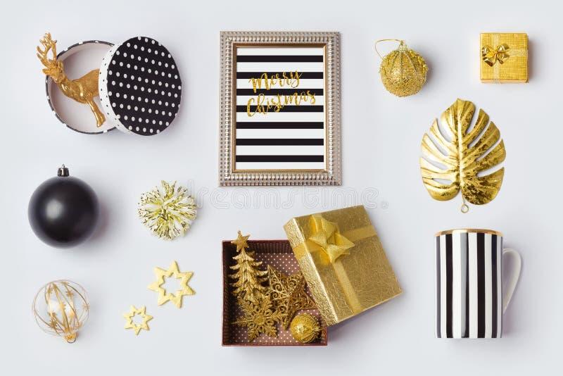 Le decorazioni, gli ornamenti e gli oggetti nel nero e l'oro di Natale per derisione sul modello progettano Vista da sopra immagini stock libere da diritti